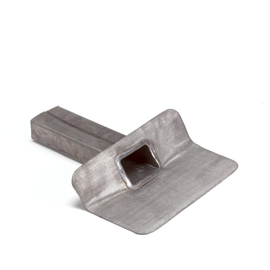 Loden kiezelbak met 45° hoeklijn en gesloten uitloop, 25 ponds, 60 x 100 mm